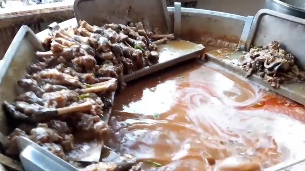 伊朗街头小吃,一大锅浓香的咖喱鸡腿汤,鲜香浓郁美味诱人