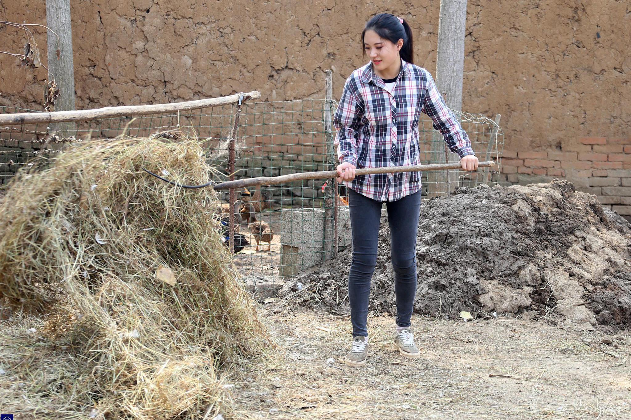 漂亮女孩大学毕业辞职回农村种地,被万千网友点赞,追求者排长队