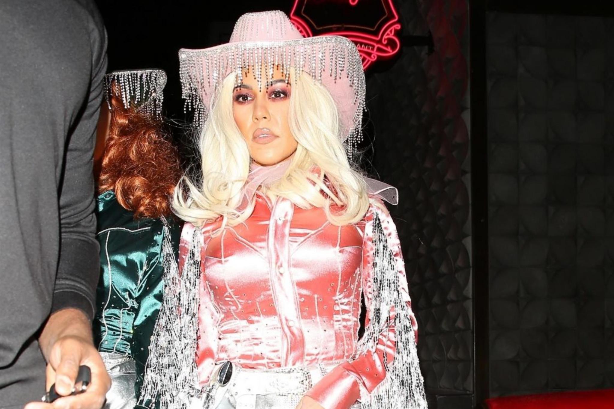 考特尼·卡戴珊一身靓丽打扮出席派对,穿搭时髦,性感至极