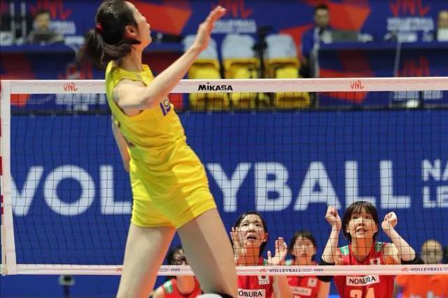 解图:朱婷扣球时,谁能知道日本女排这俩拦网队员在想什么?