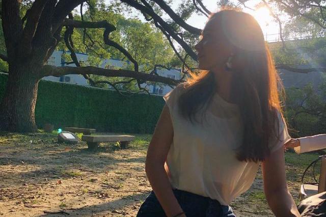 卢靖姗在社交平台晒美照,大秀S型好身材,气质十分迷人