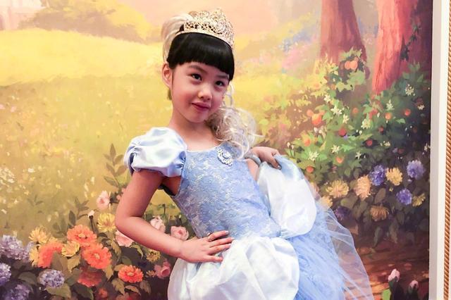 朱茵一家三口游迪士尼,女儿进入换牙期,遗憾没有继承妈妈美貌