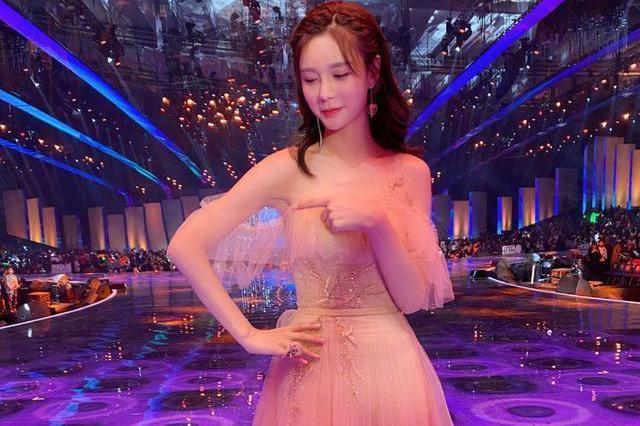 28岁杨紫撞衫32岁沈梦辰,同款羽毛长纱裙,赢了气质输了身材