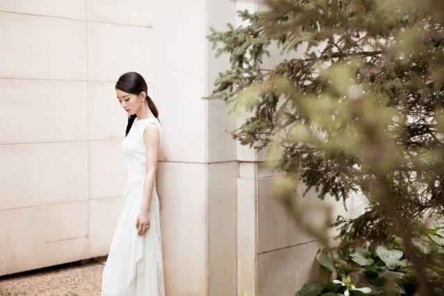赵丽颖产后首次公开亮相,白色长裙尽显苗条身材,当妈后更美了