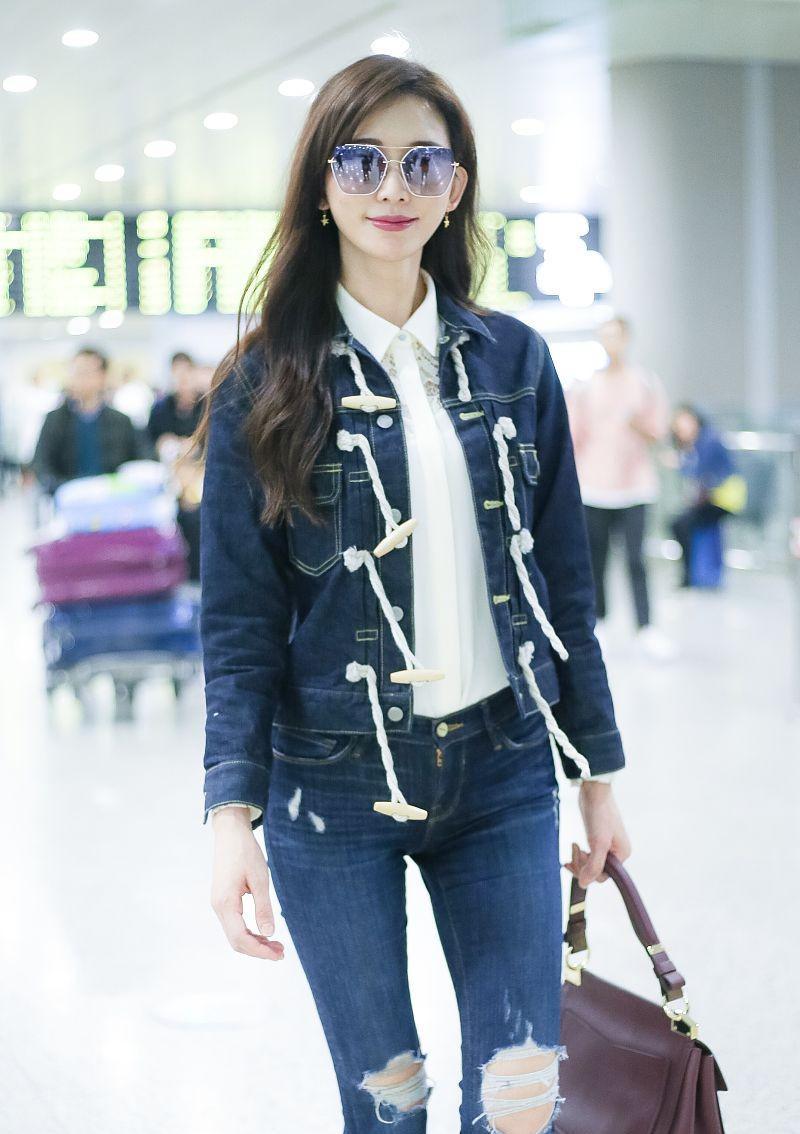 林志玲现身北京机场对镜头可爱走猫步,大秀修长美腿