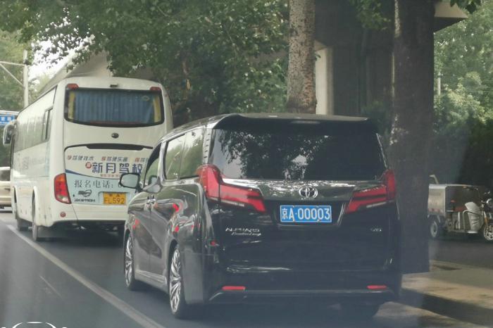 偶遇北京最牛埃尔法,牌照比车贵多了,一个纸条给了参考价