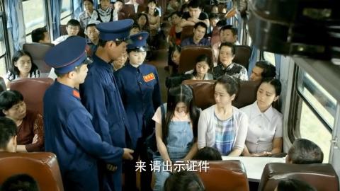列车长不打算放过逃票的美女,谁知同伴拿出一个证列车长立马放过