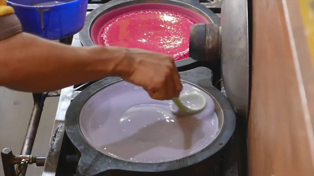 特色小吃:液氮冰淇淋面包,制作过程烟雾缭绕,冰火两重天