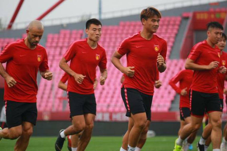 河北华夏幸福球员在主场踩场,中超第25轮河北华夏对阵天津泰达