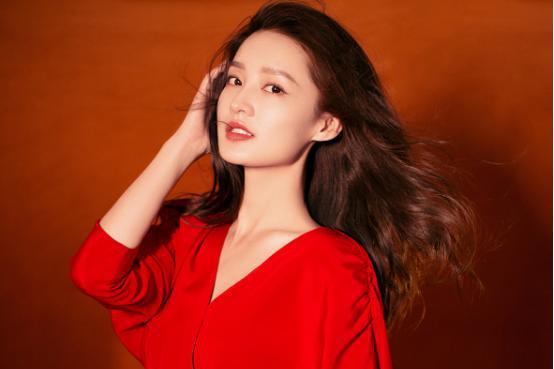 李沁美的太高调,红色鱼尾裙搭配金色腰带,优雅性感太迷人了!