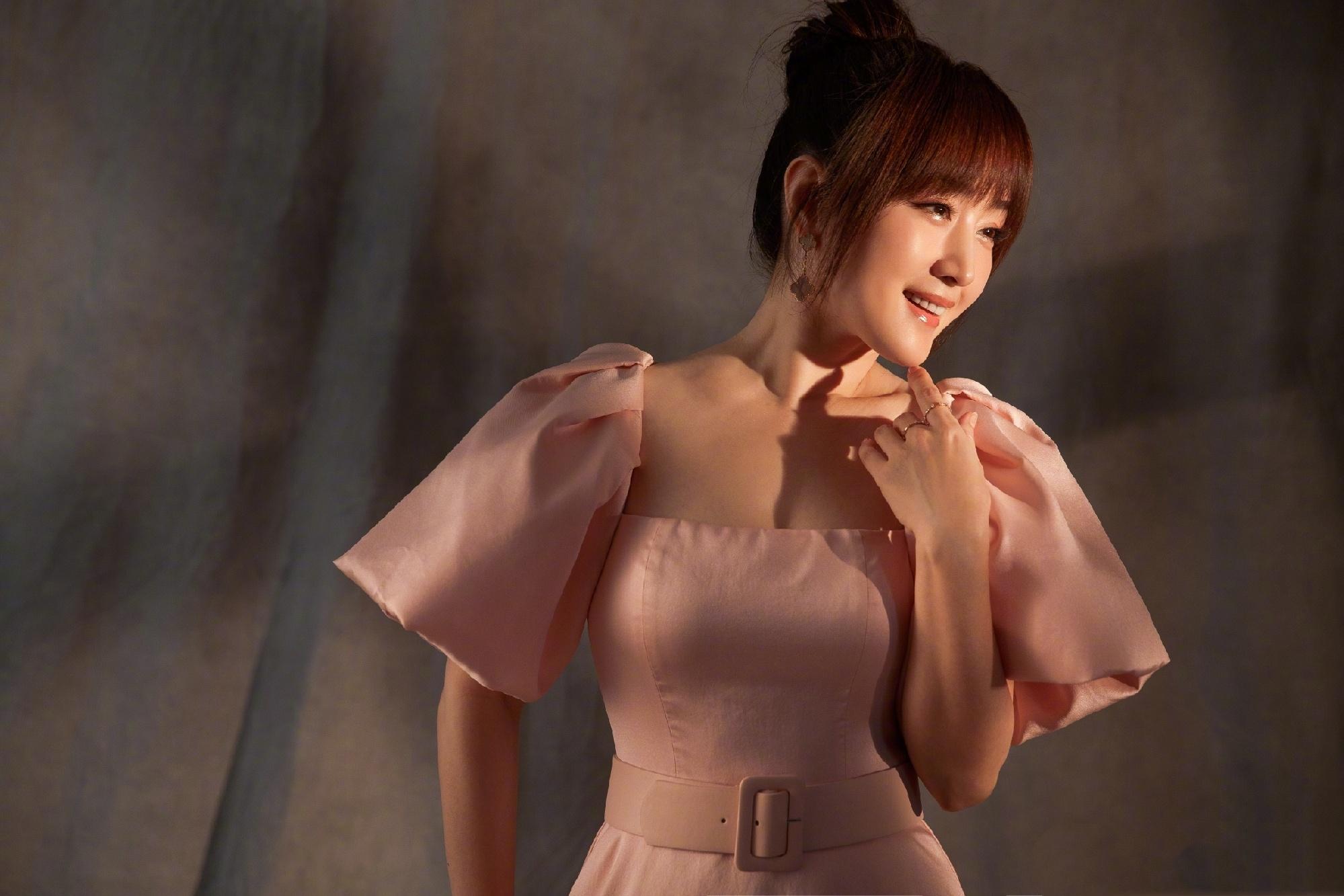 48岁杨钰莹太会扮嫩,一袭粉色公主裙,甜美娇俏似20岁!