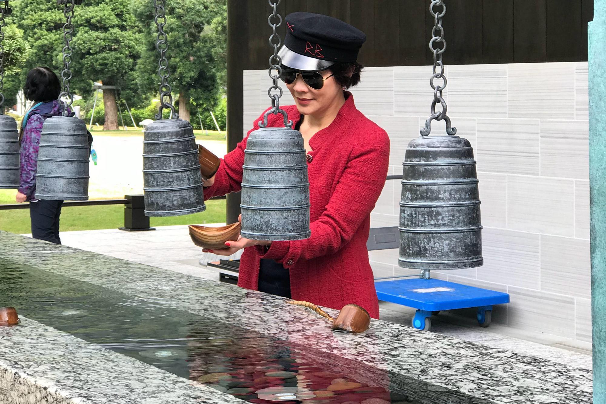 54岁刘嘉玲真厉害,红蓝撞色穿得高级,戴报童帽像20岁上流名媛