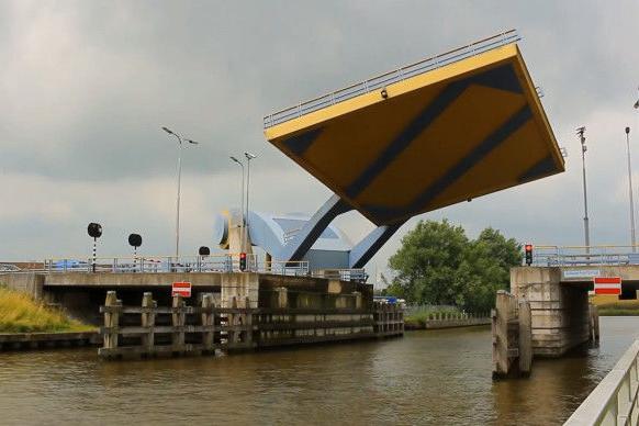 荷兰有一座奇特的大桥,就像一把巨型锅铲,腾空升起让船只通过!