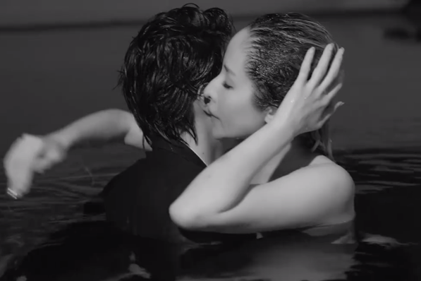 萧亚轩与小16岁男友拍MV甜蜜拥吻,举手投足间满是风情!