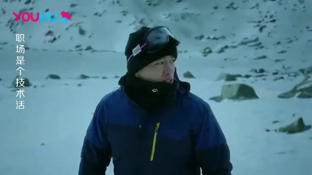 雪山上突然雪崩,小伙没有先救女友,却选择了救离自己最近的人