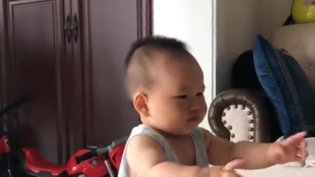 妈妈教小宝宝学东西,宝宝却以为是吃的来了,一直想伸手要