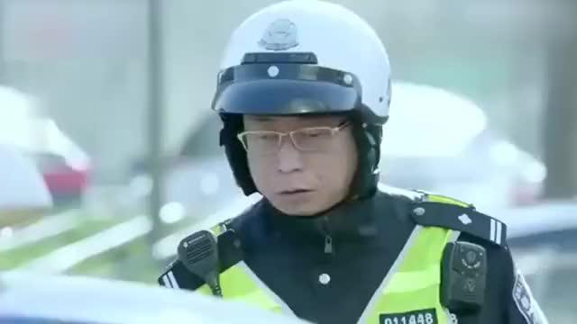 出租车闯红灯被拦截,司机说人命关天,交警立马开道