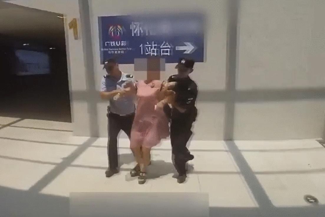 女子拒绝火车站进站安检要求 强行进站 咬伤了辅警被抓