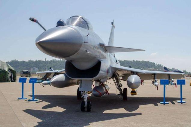 磨剑20年,歼10CE亮相迪拜航展,发动机可装矢量喷口,优势明显
