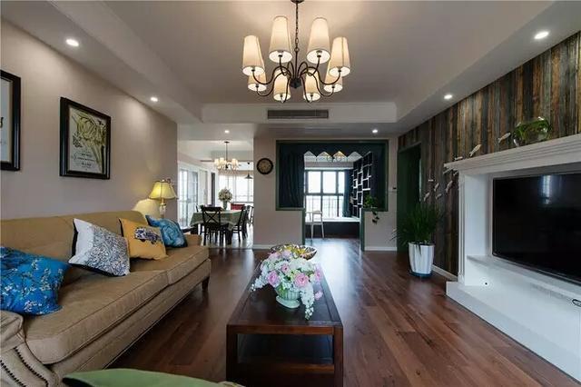 三居室的户型,整体空间比较宽敞,户型也比较方正,采光效果不错