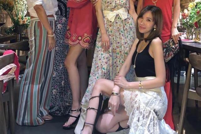 阔太陈若仪参加姐妹聚会,合照特意秀大长腿,但全程只有一个表情