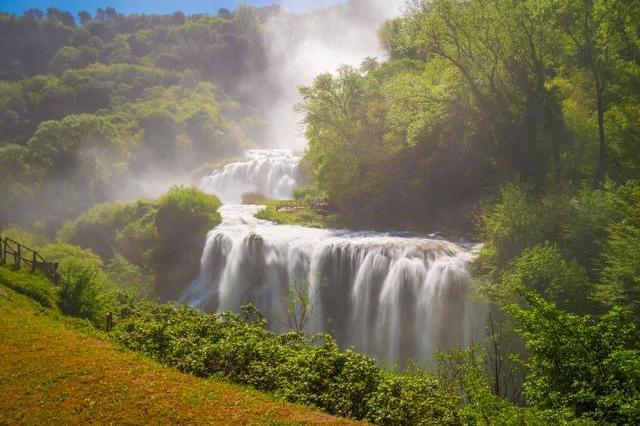 全球最大人造瀑布:165米高,古罗马建造,两地人民为它吵了千年