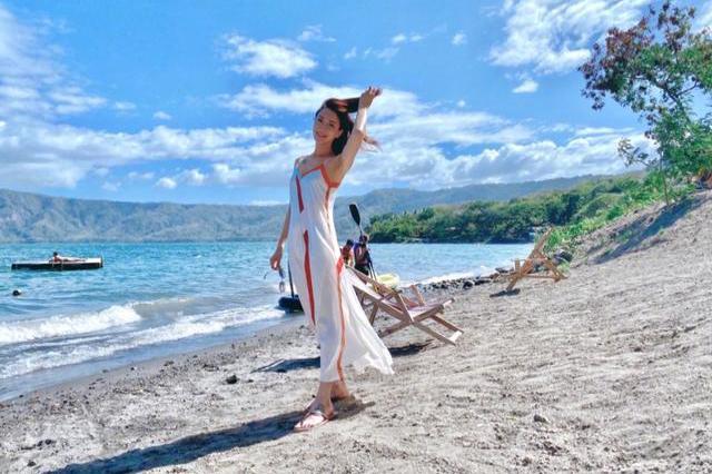 陈赫前妻许婧晒火山湖度假照,外国男友帅气出镜,穿扮时尚身材好