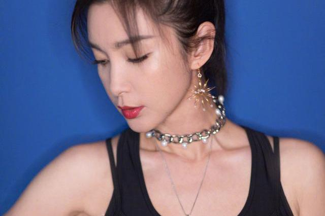 李冰冰黑色运动装,身姿曼妙,眼神坚毅,尽显运动韵律与力量之美