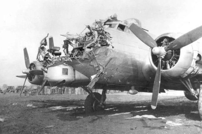 被高炮爆头还能飞回来?二战b17轰炸机表示,比这惨的有的是!