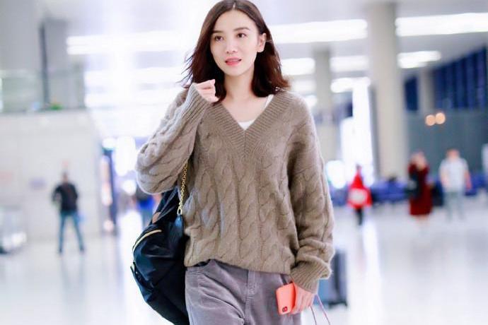 宋佳锁骨发造型慵懒时尚,宽松毛衣配阔腿裤,美得一点不像39岁