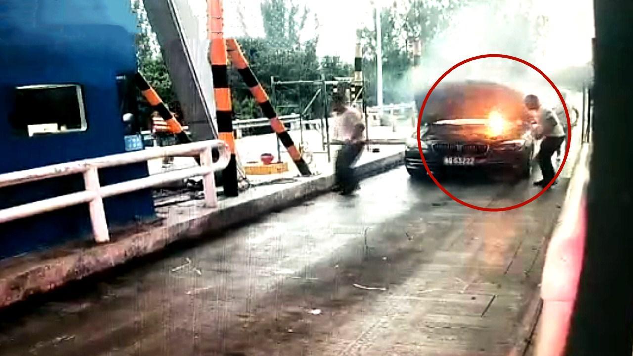 点赞!监拍:宝马轿车突发自燃 值班员反应神速 拎灭火器扑救