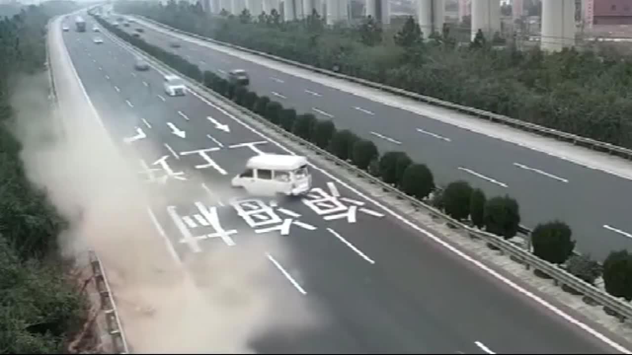 面包车突然失控,货车瞬间被害!当场悲剧了