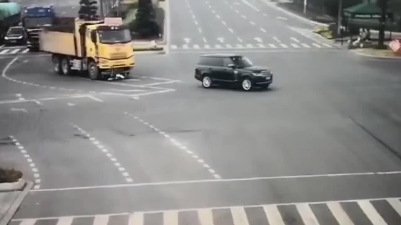 监拍:女子骑车闯红灯逆行遭货车拖行翻滚数圈,被判全责!