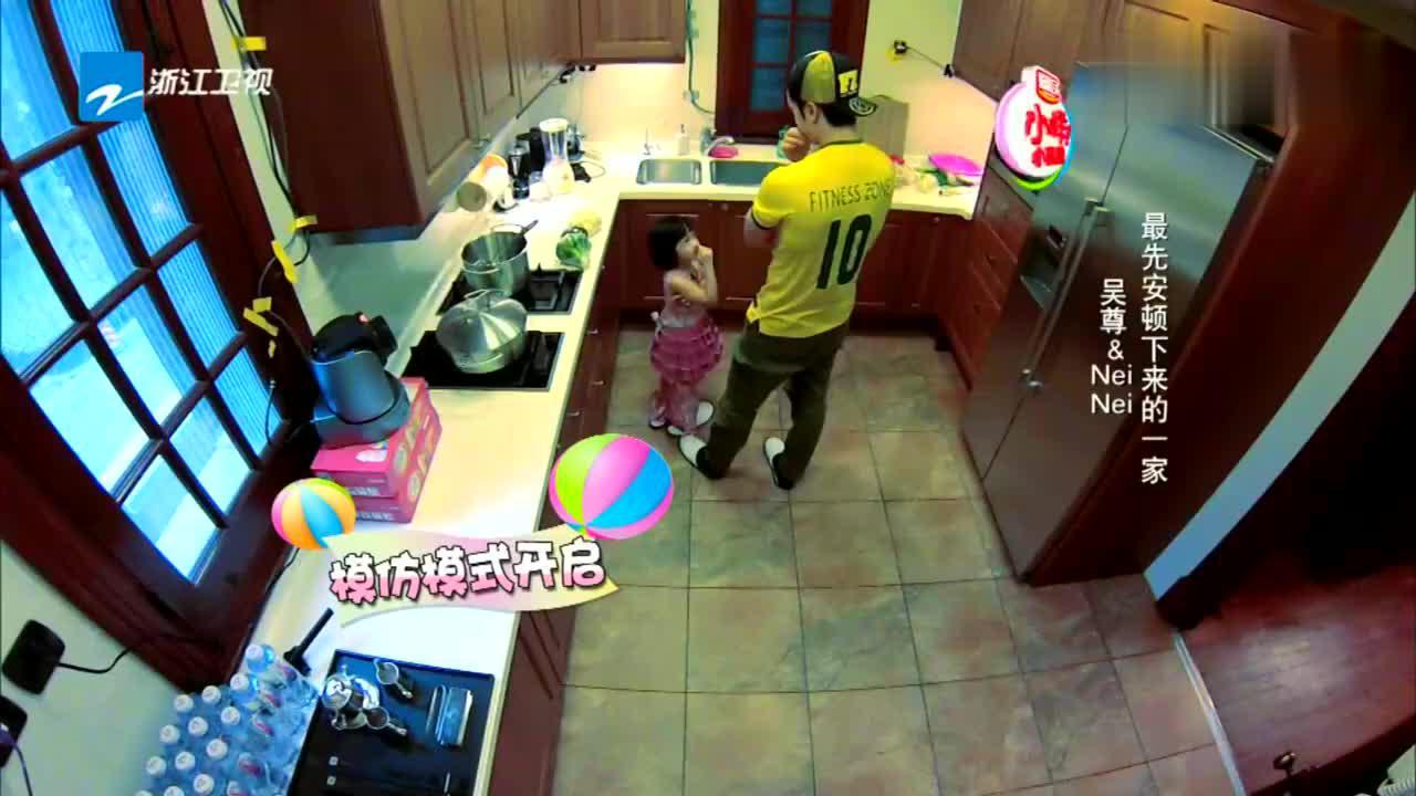 这些都好重吖吴尊女儿帮爸爸拿菜都勉强拿的动