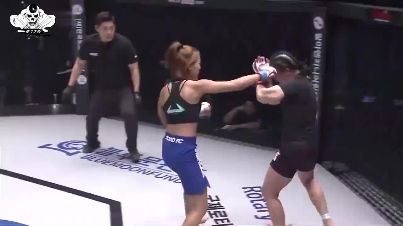 25秒打出近50拳没想到女子格斗也猛对手被按笼边暴揍