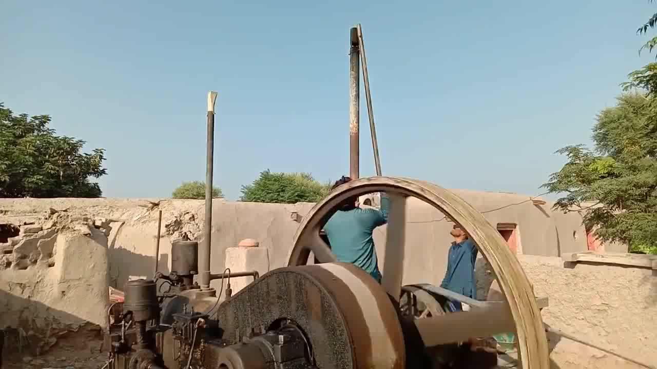 3个人同时启动的发动机有些年代了最后才发现是用来锯木头的