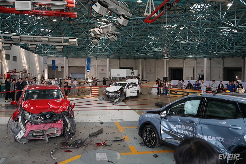 耳听为虚眼见为实 现场见证北汽新能源EX3三车双重碰撞测试