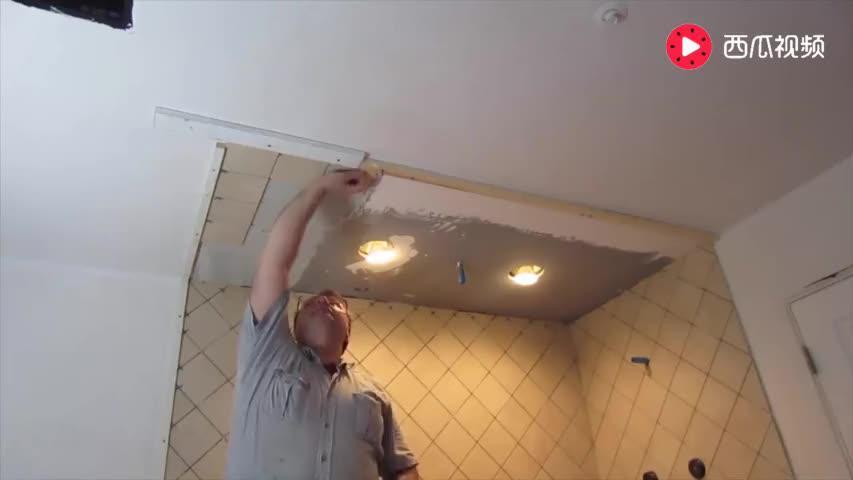 天花板上的瓷砖该咋贴操作一下你就明白了贴的很牢固