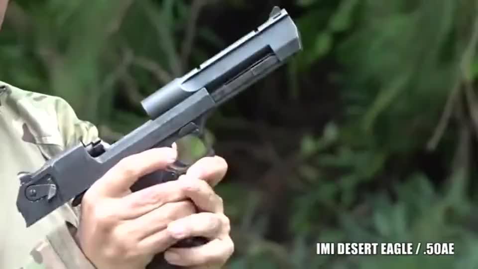 比较熟悉的沙漠之鹰手枪采用点50口径弹药供弹 后坐力颇大