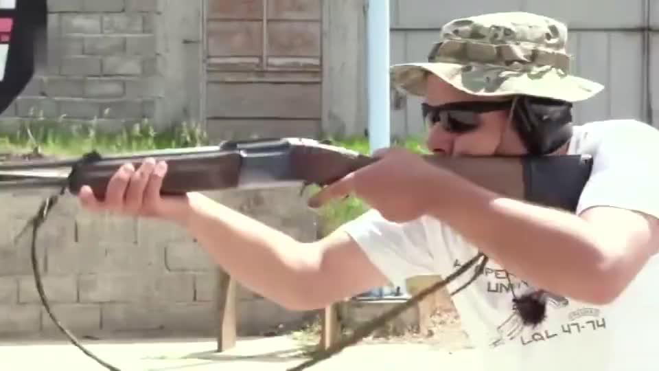 比较少见的双管步枪加的弹药比我抽的烟都长