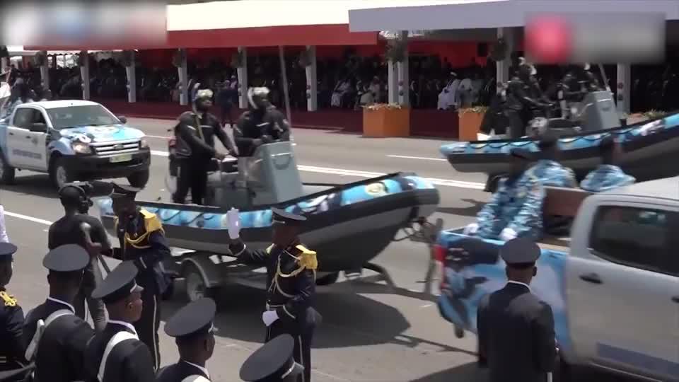 科特迪瓦2019年阅兵装备方队接受检阅好武器用卡车背着走