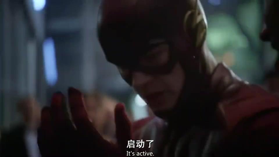 闪电侠被对手装了颗定时炸弹在身上,结果博士还叫他直接去撞墙!