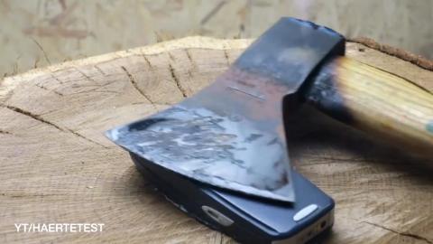 诺基亚3310挑战高温铁斧,斧柄已断还能照常开机!