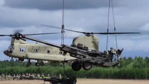 美国陆军CH-47支奴干直升机力量大 轻松吊运155mm大炮