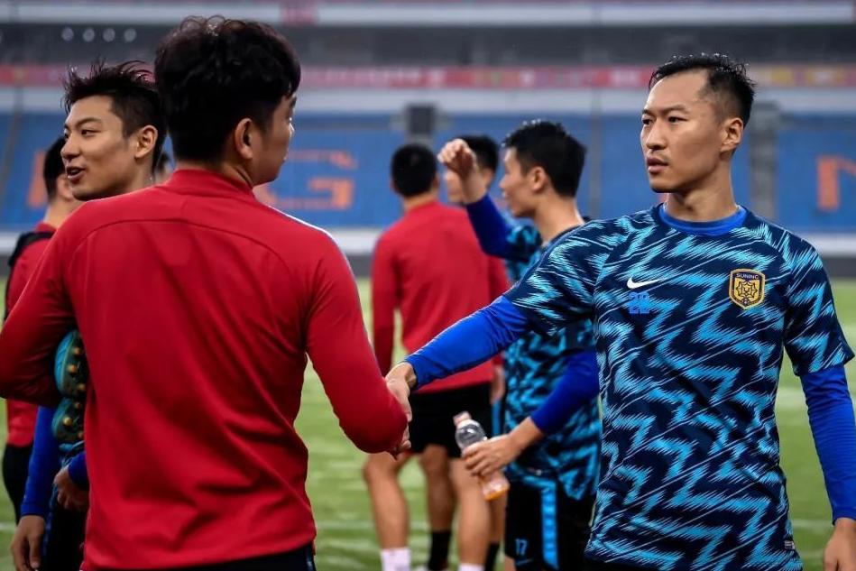 中超第25轮赛前重庆斯威球员与江苏苏宁球员相互打招呼