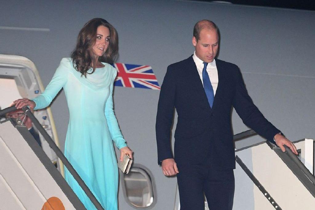 威廉王子夫妇现身活动!凯特王妃水色裙抢眼,1年着装开销仅7万