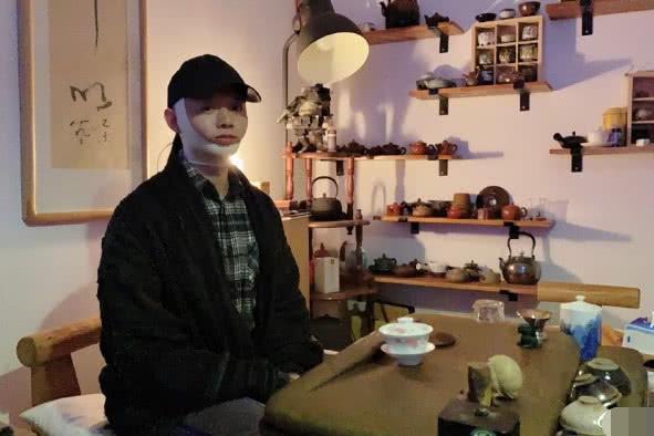 霍尊下巴脱臼后脸部浮肿,缠绷带不忘喝茶,一屋子茶具被质疑炫富