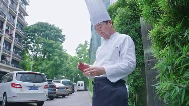 酒店大厨发现蔬菜不合格,把菜全倒垃圾桶,打电话通知菜农断合作