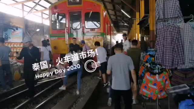 有惊无险,曼谷火车道市场,每天吸引着世界各地的游客