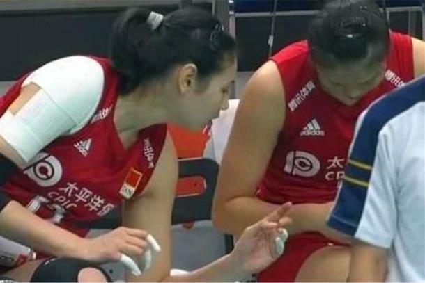 女排世界杯,龚翔宇扭伤手指后不会包扎,颜妮轻松帮她完成包扎?